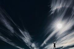 Le soleil sur le ciel noir Images stock