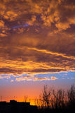 Le soleil va vers le bas au-dessus du paysage urbain Photo stock