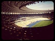 le soleil vide de dimanche de stade de ciel d'olempiiski de Kiev de stade Photographie stock libre de droits