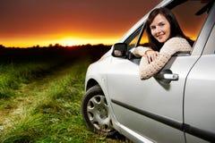 le solnedgångkvinna för bil Arkivfoton