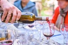 Le sommelier renverse le vin en verres sur l'échantillon de vin photo stock