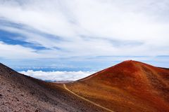Le sommet de Mauna Kea, un volcan dormant sur l'île d'Hawaï Crête en pierre rouge d'une manière éblouissante belle planant au-des photos libres de droits