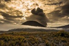 Le sommet de montagne d'un volcan en Indonésie Photos stock