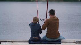 Le sonen och fadern fiskar stock video