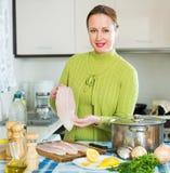 Le soppa för kvinnamatlagningfisk Arkivfoton