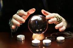 Le sorcier remet une cartomancie transparente de boule de cristal pour l'avenir image libre de droits