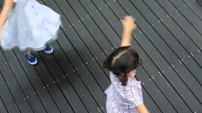 Le sorelle asiatiche felici girano intorno in parco e nella risata archivi video