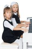 Le sorelle giocano il piano Fotografia Stock Libera da Diritti