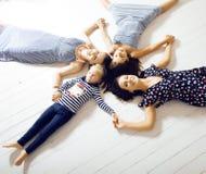Le sorelle mature gemella a casa con la piccola figlia, famiglia felice Fotografie Stock