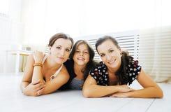 Le sorelle mature gemella a casa con la piccola figlia, famiglia felice Immagine Stock Libera da Diritti