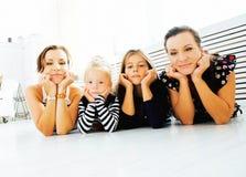 Le sorelle mature gemella a casa con la piccola figlia, famiglia felice Immagini Stock