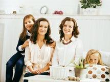 Le sorelle mature gemella a casa con la piccola figlia, famiglia felice Fotografie Stock Libere da Diritti