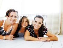 Le sorelle mature gemella a casa con la piccola figlia, famiglia felice Fotografia Stock