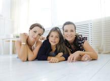 Le sorelle mature gemella a casa con la piccola figlia, famiglia felice che sorride vicino su, concetto reale moderno della gente Fotografia Stock Libera da Diritti