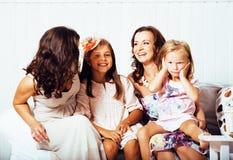 Le sorelle mature gemella a casa con la piccola figlia, famiglia felice che sorride vicino su, concetto reale moderno della gente Fotografia Stock