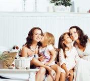 Le sorelle mature gemella a casa con la piccola figlia, famiglia felice che sorride vicino su, concetto reale moderno della gente Fotografie Stock Libere da Diritti