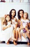 Le sorelle mature gemella a casa con la piccola figlia, famiglia felice nell'interno, concetto della gente di stile di vita Immagine Stock