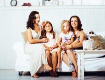 Le sorelle mature gemella a casa con la piccola figlia, famiglia felice nell'interno, concetto della gente di stile di vita Immagini Stock Libere da Diritti