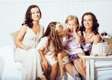 Le sorelle mature gemella a casa con la piccola figlia, famiglia felice nell'interno, concetto della gente di stile di vita Immagine Stock Libera da Diritti