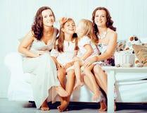 Le sorelle mature gemella a casa con la piccola figlia sveglia, famiglia reale felice che sorride insieme, concetto della gente d Fotografia Stock