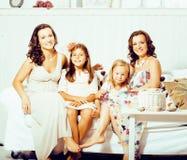 Le sorelle mature gemella a casa con la piccola figlia sveglia, famiglia reale felice che sorride insieme, concetto della gente d Fotografie Stock