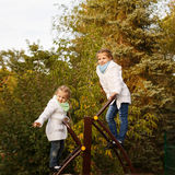 Le sorelle sale la scala sul campo da giuoco Fotografia Stock Libera da Diritti