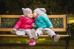 Le sorelle si danno un bacio Fotografia Stock