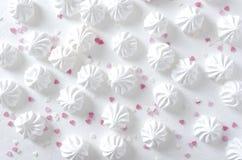 Le sort de meringues et de coeur cuits au four frais arrose, tir de vue supérieure photographie stock libre de droits