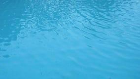 Le sostanze caustiche blu-chiaro della superficie della piscina si increspano come l'acqua di mare e scorrono con il fondo del mo archivi video