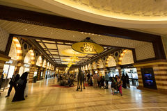 Le souk dans le mail de Dubaï Images libres de droits