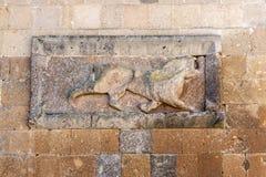 Le soulagement d'un lion sur le mur de ville à l'Ani dans l'est lointain de la Turquie Photo libre de droits