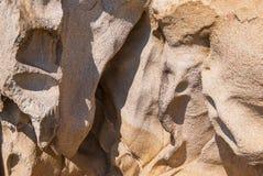 Le soulagement intéressant a lissé des roches de mer sur la côte de la Grèce Fond intéressant avec la texture fascinante photographie stock libre de droits