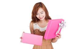 Le sourire asiatique de fille ouvrent un boîte-cadeau Photos stock