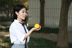 Le sourire chinois d'étudiante de lycée de l'Asie de belle beauté apprécient le temps gratuit sur le kola d'orangeade de fruit de image libre de droits