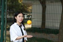 Le sourire chinois d'étudiante de lycée de l'Asie de belle beauté apprécient le temps gratuit sur le kola d'orangeade de fruit de images stock
