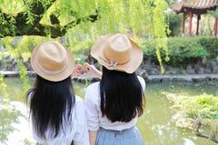 Le sourire chinois d'étudiante de lycée de l'Asie de belle beauté de Bestie apprécient le temps gratuit dans une lettre de geste  photo libre de droits