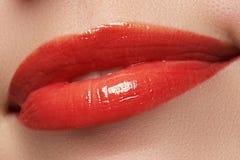 Le sourire femelle heureux en gros plan avec les dents blanches saines, les lèvres rouges lumineuses préparent Soin de cosmétolog Images libres de droits