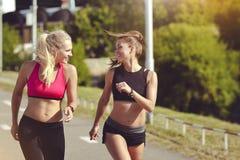 Le sourire folâtre des filles sur une course en parc Style de vie sain Photos libres de droits