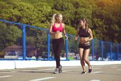 Le sourire folâtre des filles sur une course en parc Style de vie sain Images stock