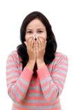 Le sourire heureux de jeune femme couvrent sa bouche images libres de droits