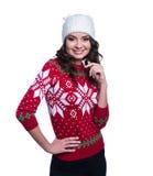 Le sourire jeune femme assez sexy utilisant le chandail tricoté coloré avec Noël ornementent et chapeau D'isolement sur le fond b photo stock
