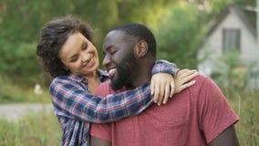 Le sourire les ménages mariés nouvellement célèbrent acheter un nouveau cottage dans la campagne banque de vidéos