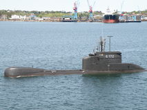 Le sous-marin vient à Kiel Canal. Photos stock