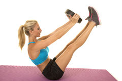 Le soutien-gorge blond de sports de bleu de femme reposent des jambes de poids  photos stock