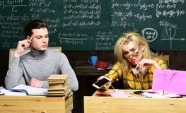 Le soutien scolaire est la manière que vous expliquez l'information et la manière vos étudiants réagissent Étudiante adolescente  image stock