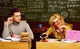 Le soutien scolaire est la manière que vous expliquez l'information et la manière vos étudiants réagissent Étudiante adolescente  images stock