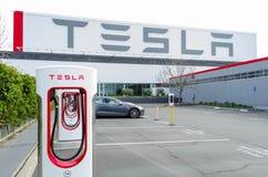 Le sovralimentazioni a Tesla va in automobile la fabbrica Fotografia Stock Libera da Diritti