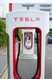 Le sovralimentazioni a Tesla va in automobile la fabbrica Fotografia Stock