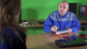 Le spécialiste en réparation d'ordinateur et la fille masculins fatigués de client apportent son ordinateur portable cassé banque de vidéos