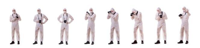 Le spécialiste légal dans la tenue de protection prenant des photos sur le blanc image libre de droits